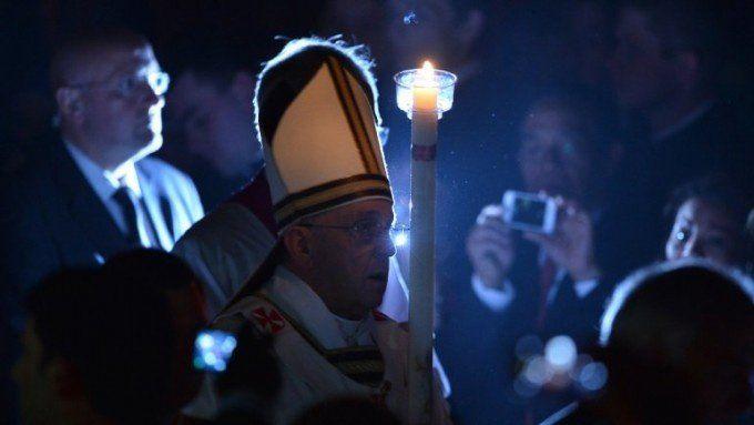 Francisco bautizó a 12 fieles durante la Vigilia Pascual