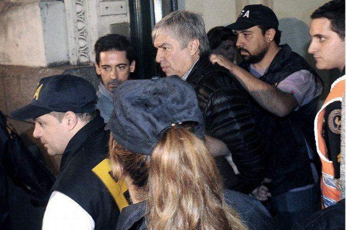 Tras pasar la noche detenidos, trasladan a Báez y a su contador a los tribunales