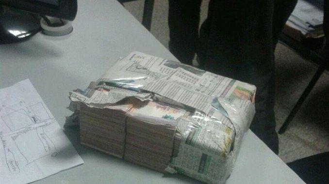 Vio caer un paquete a la calle, encontró 150 mil pesos y los devolvió