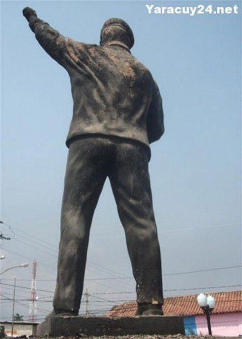 Quemaron una estatua de Hugo Chávez