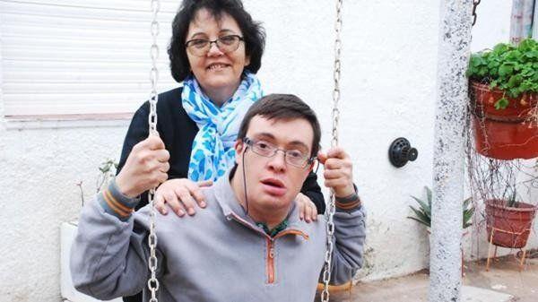 Un hombre con síndrome de Down quedó huérfano y su maestra lo adoptó