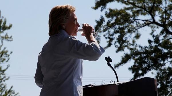Hillary Clinton tosió durante cuatro minutos seguidos y culpó a Donald Trump