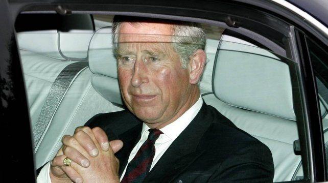 El príncipe Carlos sufrió un accidente de auto por culpa de un ciervo