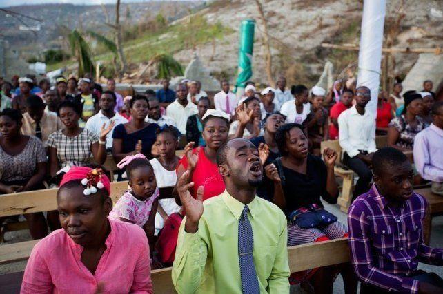 Haitianos rezan en las iglesias destruidas por el huracán Matthew