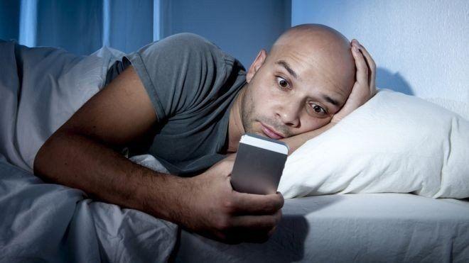 5 recomendaciones para combatir el círculo vicioso de no poder dormir y revisar el celular