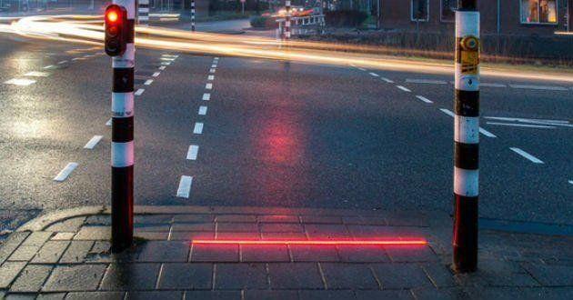 Un pueblo holandés puso semáforos en el suelo para los que caminan mirando el celular