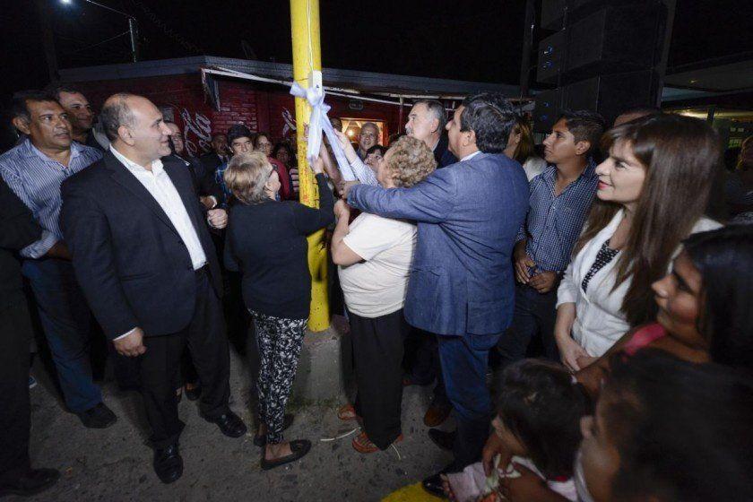 Manzur y Jaldo inauguraron quince cuadras de luminaria leds en Lastenia