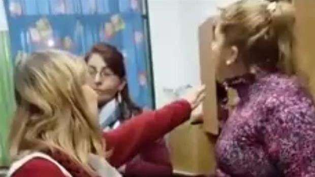 Habló la madre que golpeó a la maestra: dio su versión y pidió disculpas