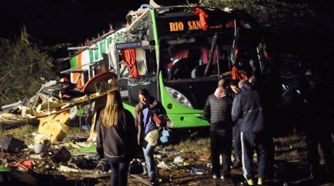 Tragedia en Catamarca: dos muertos y 60 heridos por el vuelco de un micro