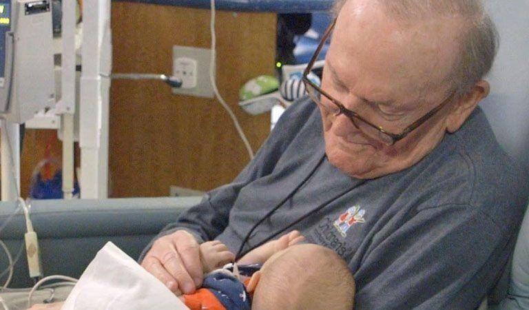 Un abuelo que pasa la noche sosteniendo bebes prematuros para que no estén solos