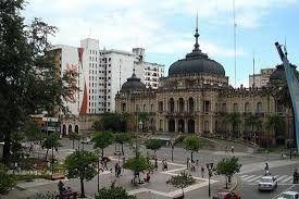 Pelea entre adolescentes en la Plaza Independencia
