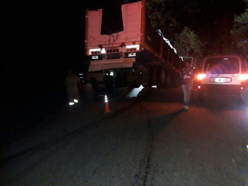Un camión desbarrancó y quedó colgado en la ruta 307