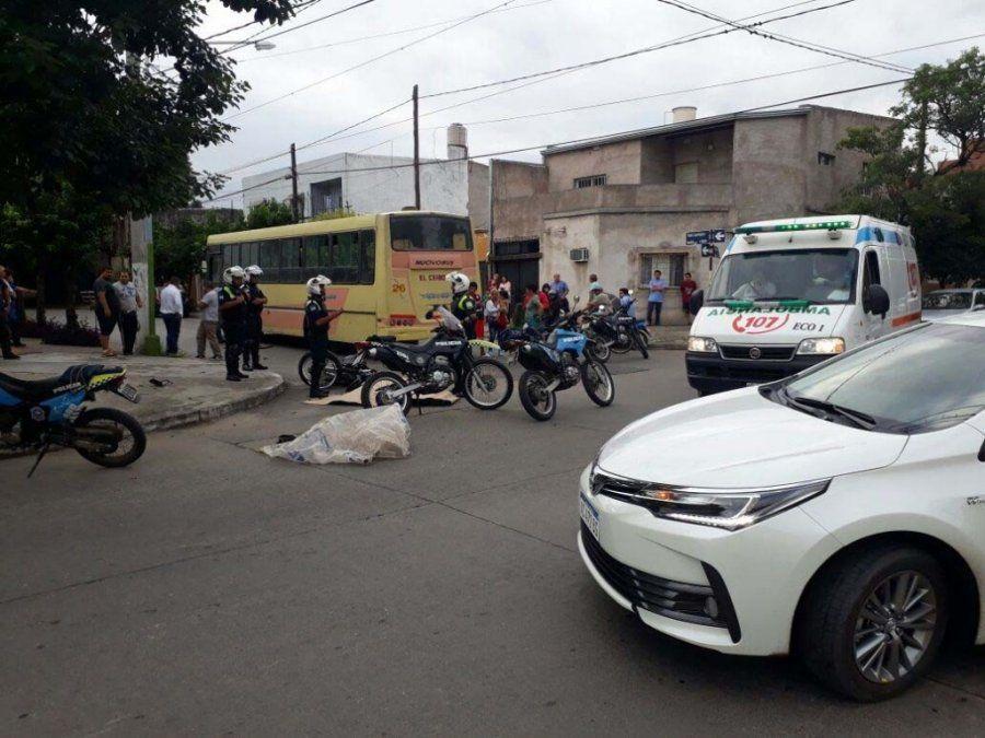 Un motociclista de 22 años chocó contra un colectivo y murió