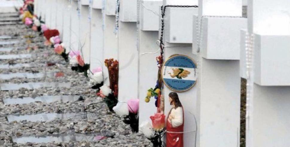 Identificarán a los soldados anónimos enterrados en Malvinas
