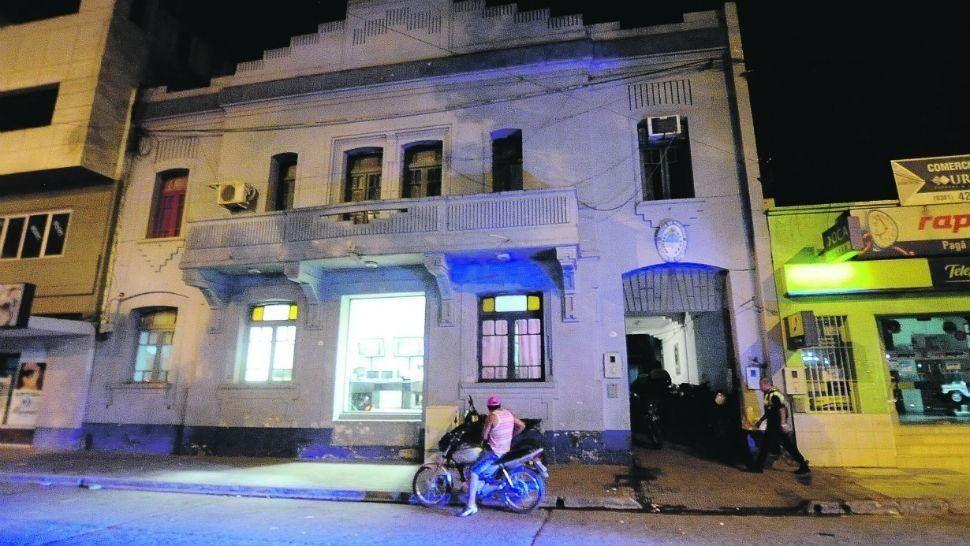 Le robaron el celular, persiguió a los ladrones y chocó con otra moto