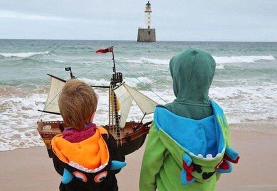 Un barco de juguete recorre el mundo vigilado por dos nenes
