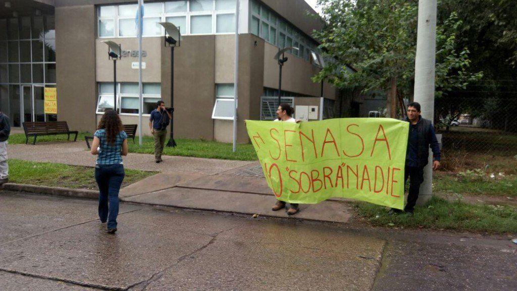 Protesta por despidos en el Senasa