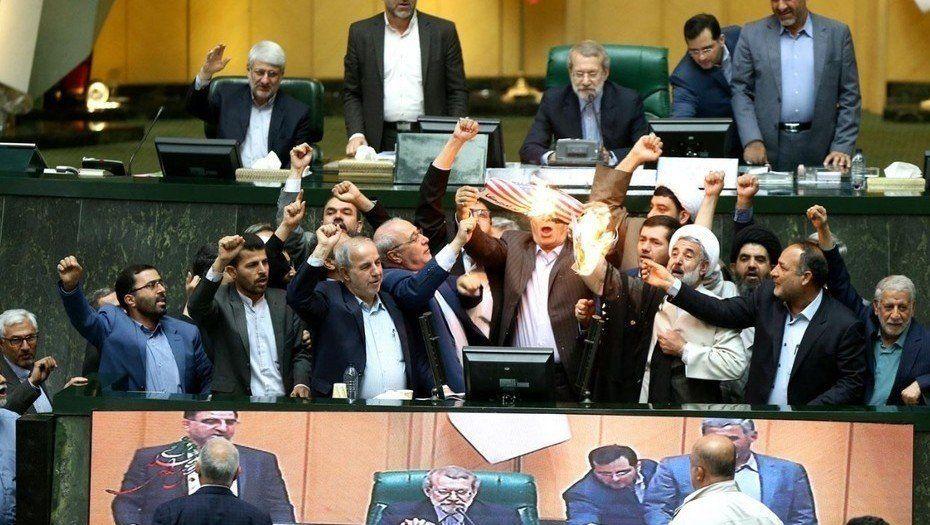 Legisladores iraníes quemaron una bandera de papel de Estados Unidos