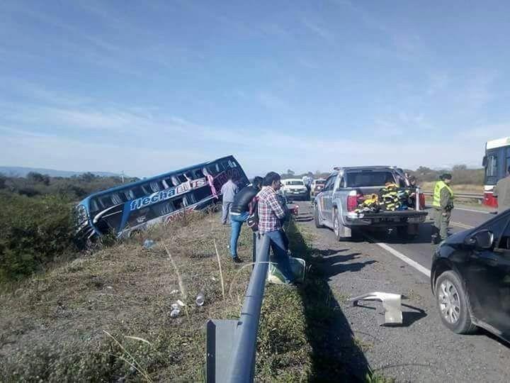 Chocaron un camión, un colectivo de larga distancia y una camioneta. Hay cuatro heridos