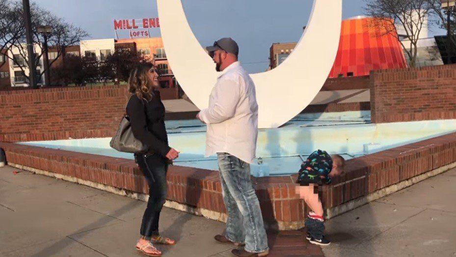 Un nene arruinó de manera insólita una propuesta de matrimonio