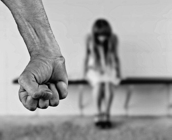 Tras una violenta discusión, golpeó a su ex pareja para luego abusar de ella