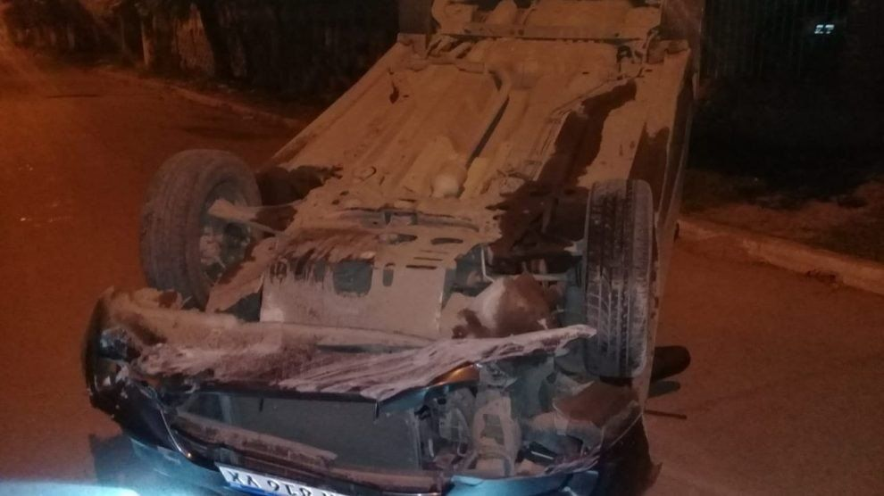 Un conductor volcó su auto luego de perder el control