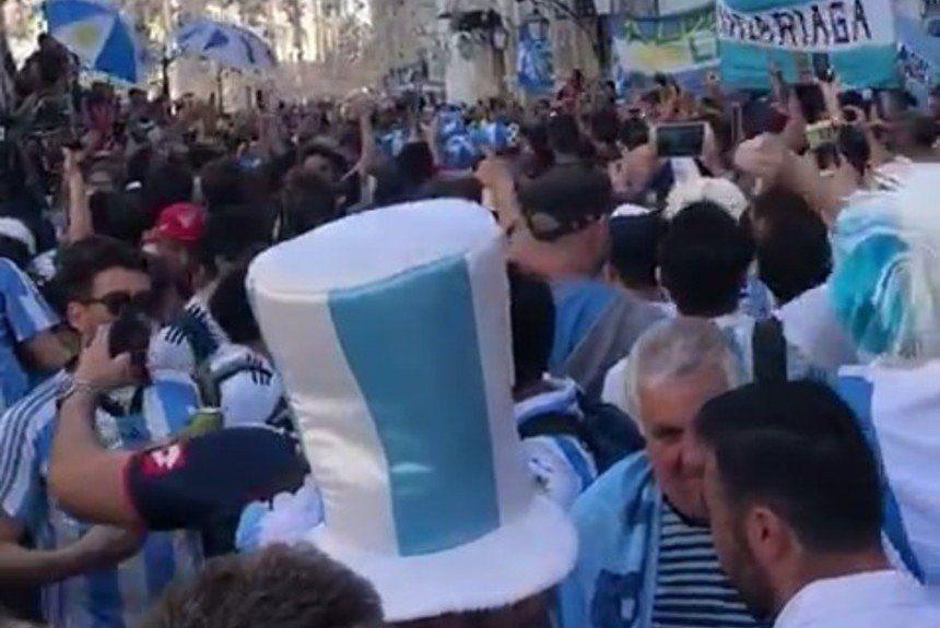 Hinchas argentinos en Rusia cantaron contra el aumento del dólar