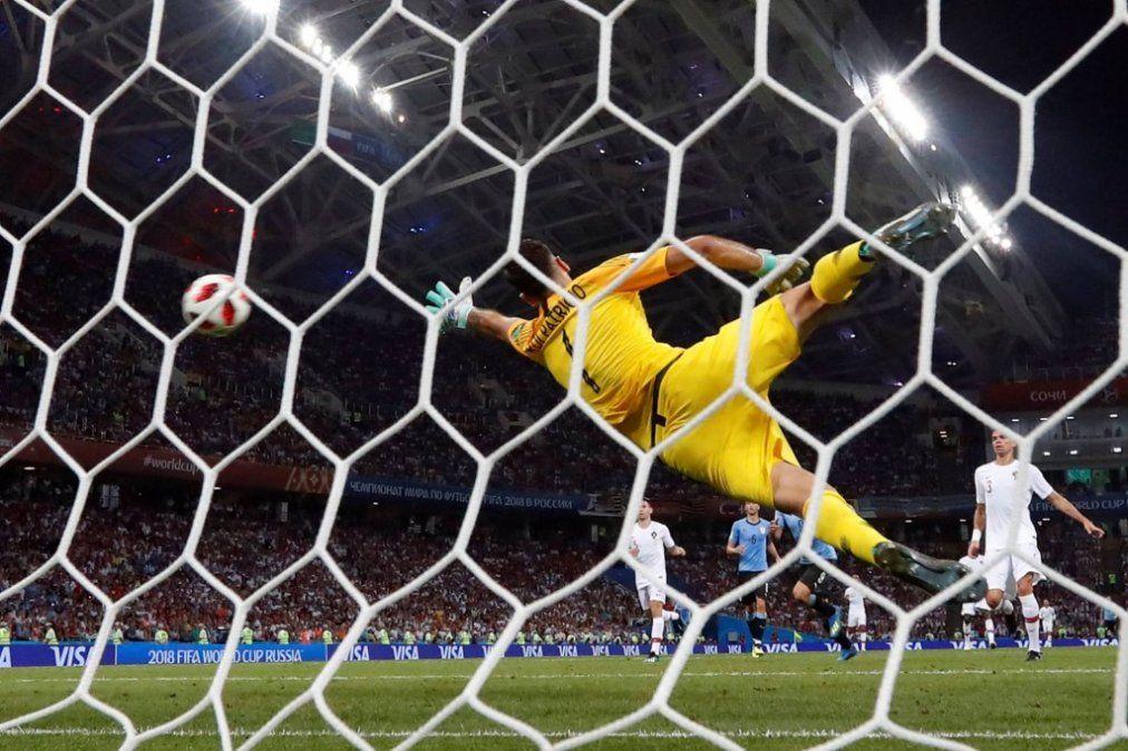 Un doblete de Cavani deja a Uruguay en cuartos