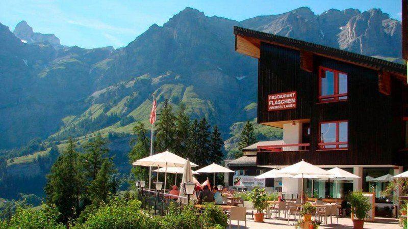 Cómo es la vida en el pueblo de los Alpes suizos que ofrece 70 mil dólares para mudarse ahí