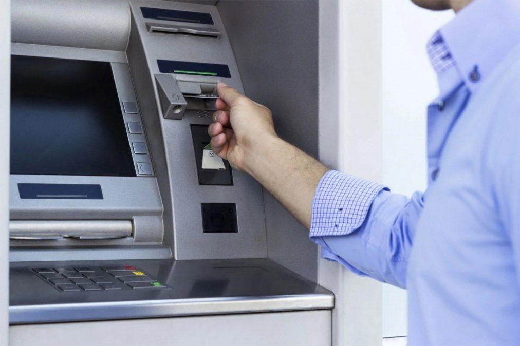Cuánto te cobra el banco por sacar plata de los cajeros automáticos y cuándo es gratis