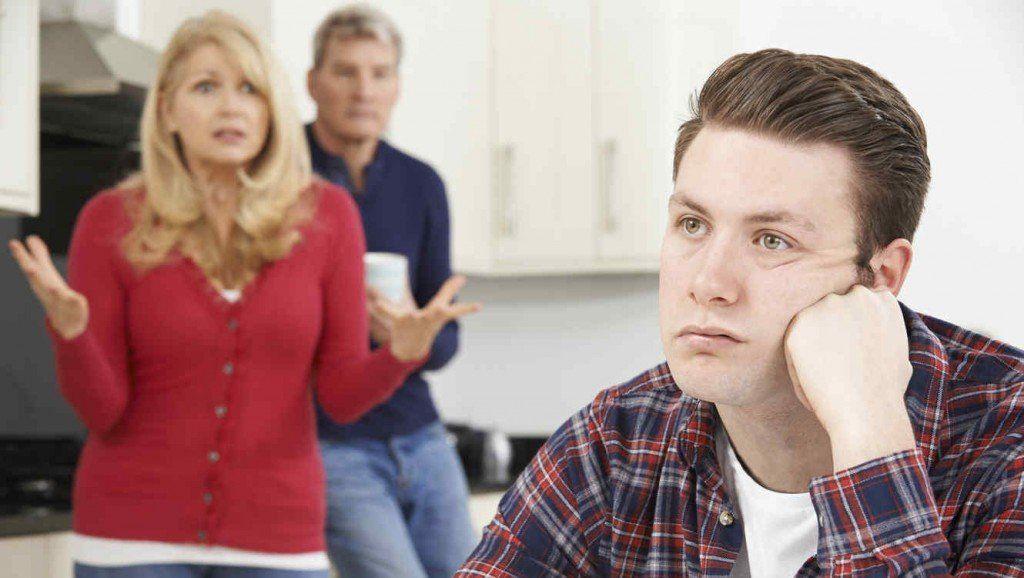 Sus padres se cansaron de él y le pidieron que se vaya de su casa
