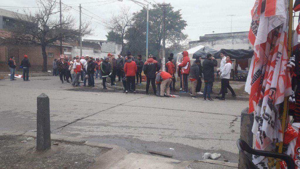 Los hinchas del Santo empezaron a vivir la final desde las filas para ingresar al estadio