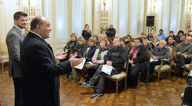 Manzur sorprendió a un grupo de turistas que visitaban el Salón Blanco