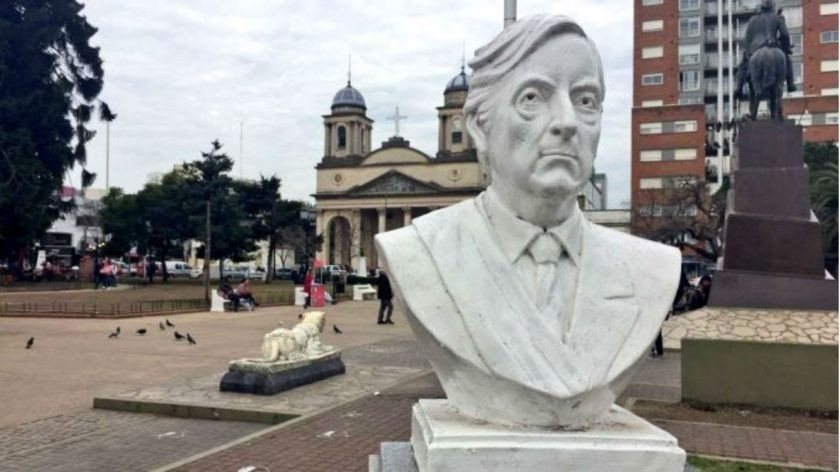 Un busto de Néstor Kirchner será removido de una plaza central