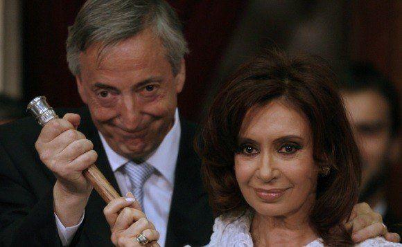 Cristina Kirchner denunció la quita de bandas y bastones presidenciales