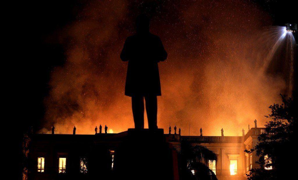 Un incendió devoró el Museo Nacional de Río de Janeiro, uno de los más antiguos de Brasil