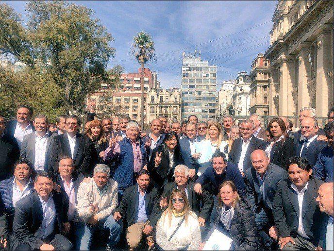 Intendentes y comisionados comunales esperan la convocatoria de Macri