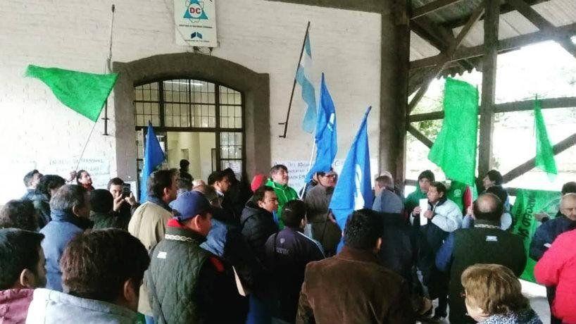 Trabajadores de Defensa Civil cortaron avenida Sáenz Peña al 200