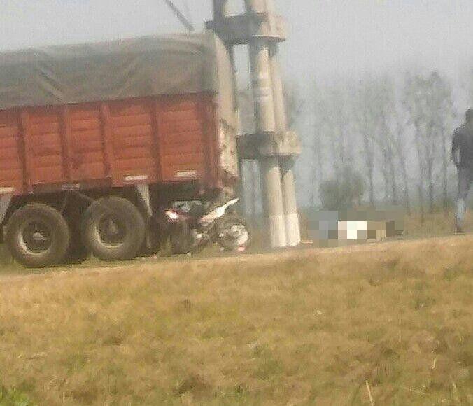 Un motociclista impactó de atrás a un camión y falleció