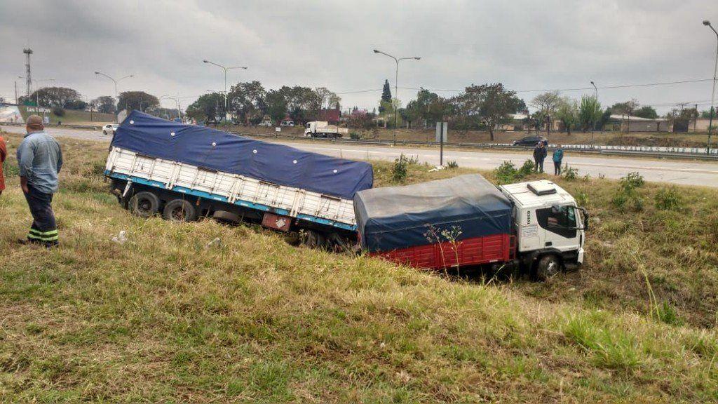 El conductor de un camión perdió el control y terminó en un canal