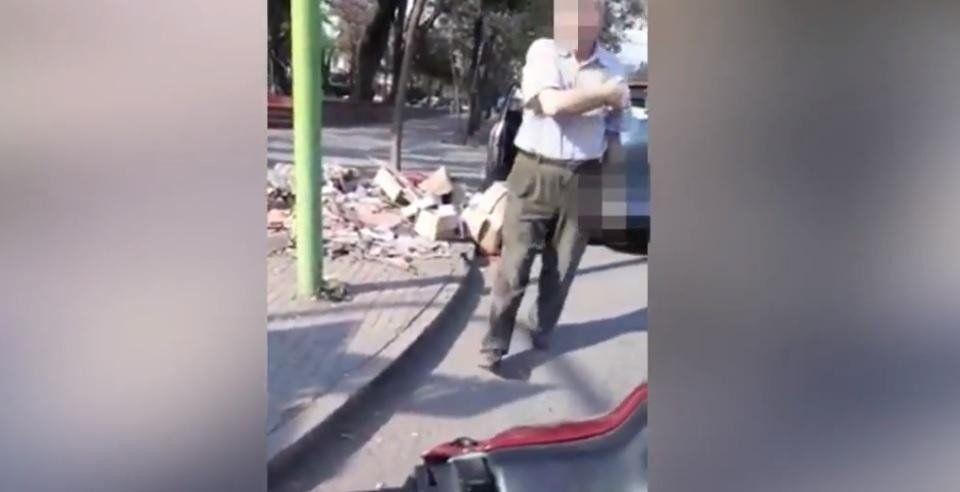 El conductor que arrojó basura en un espacio público pidió disculpas al Intendente