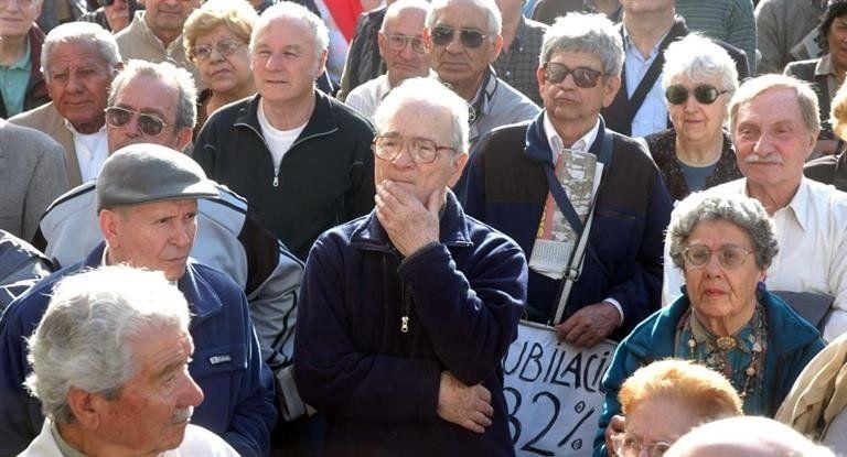 El Gobierno busca restringir el acceso a la pensión universal para adultos mayores