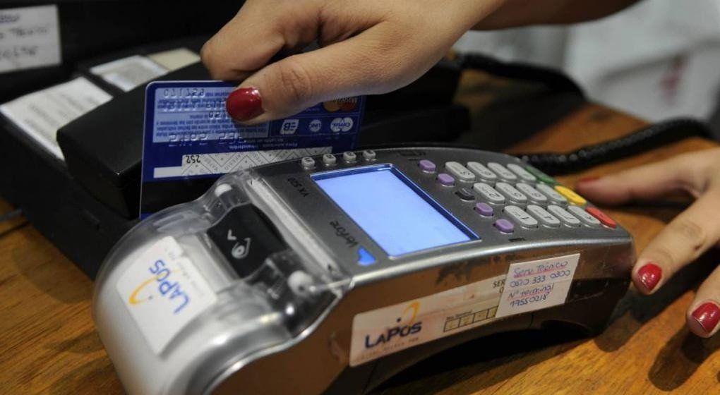 Envían un proyecto a la Legislatura para que sea obligatorio recibir débito