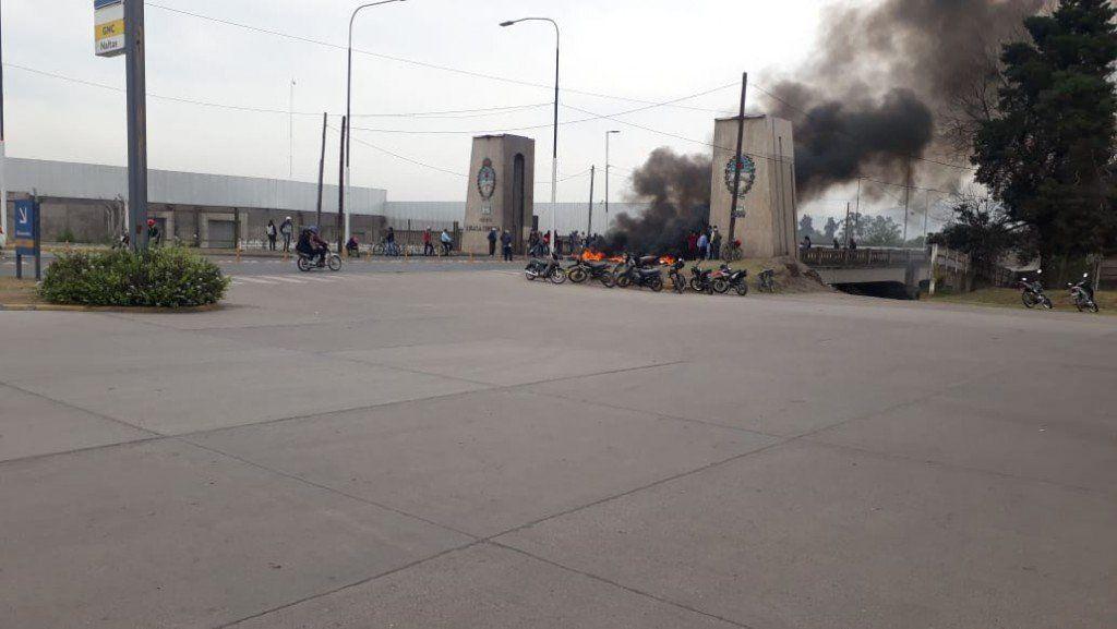 Trabajadores del ingenio San Juan cortan el puente Lucas Córdoba