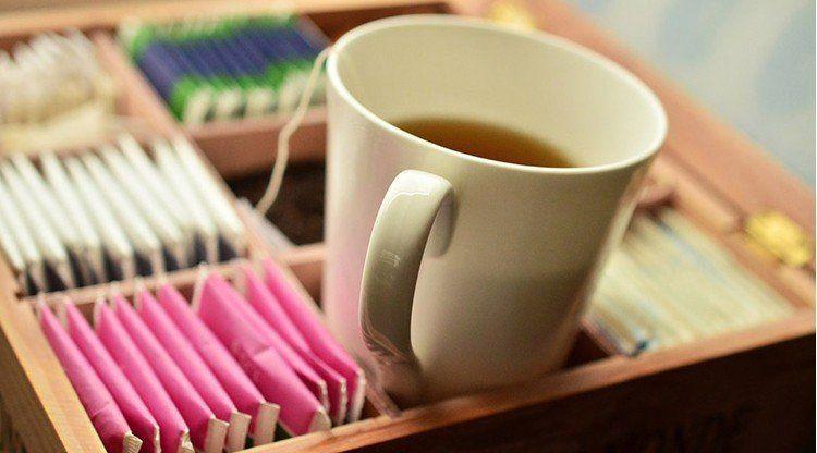 Bromatología alerta sobre una marca de té y otra de agua