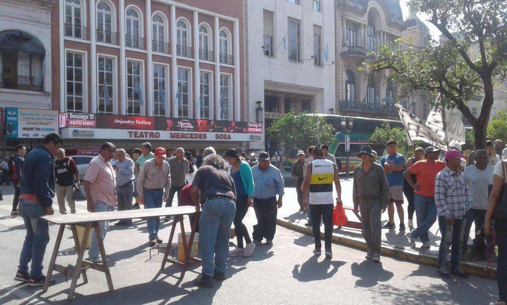 Trabajadores del ingenio San Juan protestan en plaza Independencia con una olla popular
