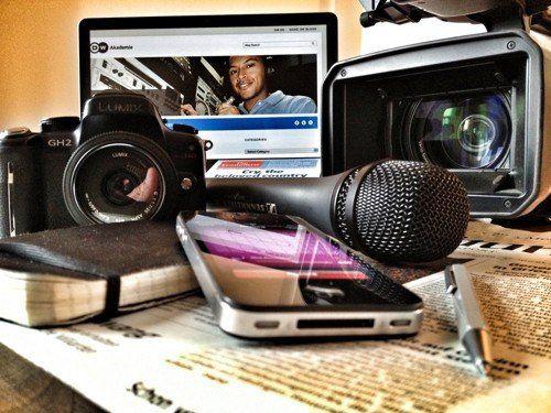 Una denuncia por acoso laboral y sexual contra un periodista y un locutor sacude a los medios locales