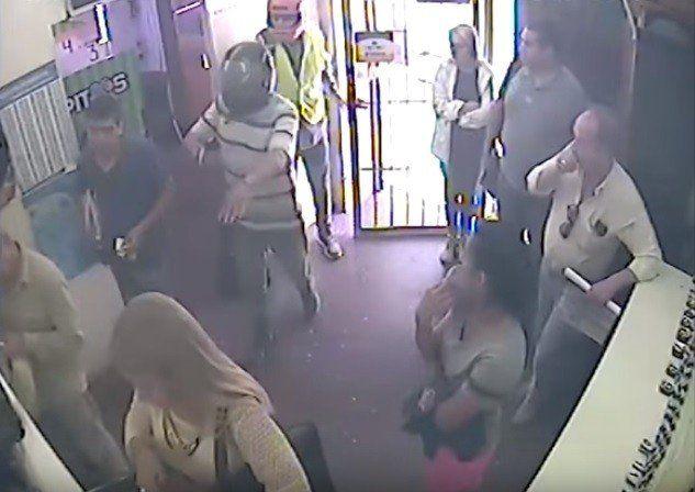 En dos minutos delincuentes entraron a un local de pagos y se llevaron 50 mil pesos