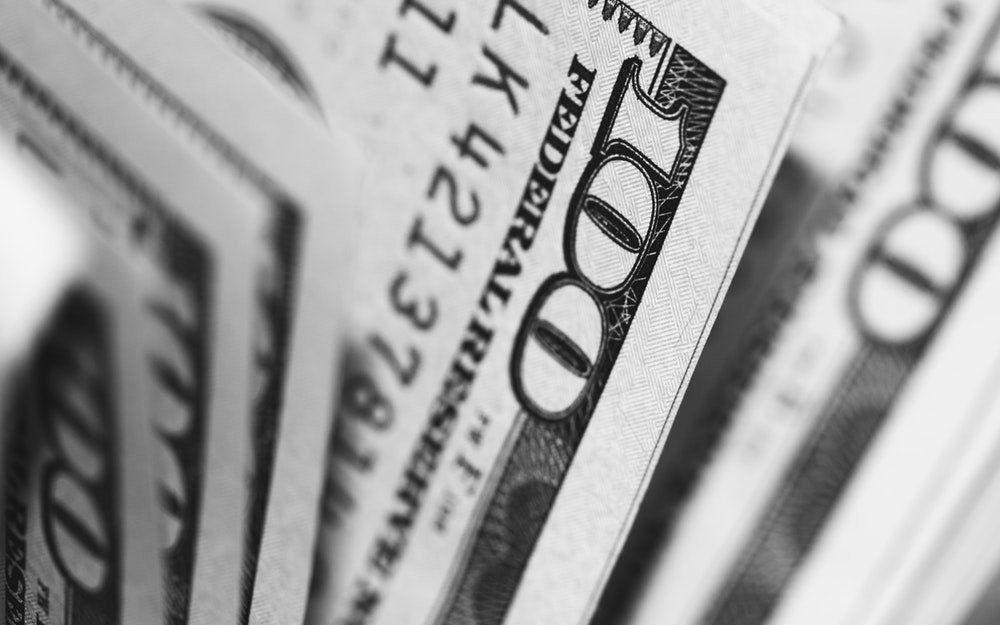 El dólar cayó a $37,76 al comenzar la semana