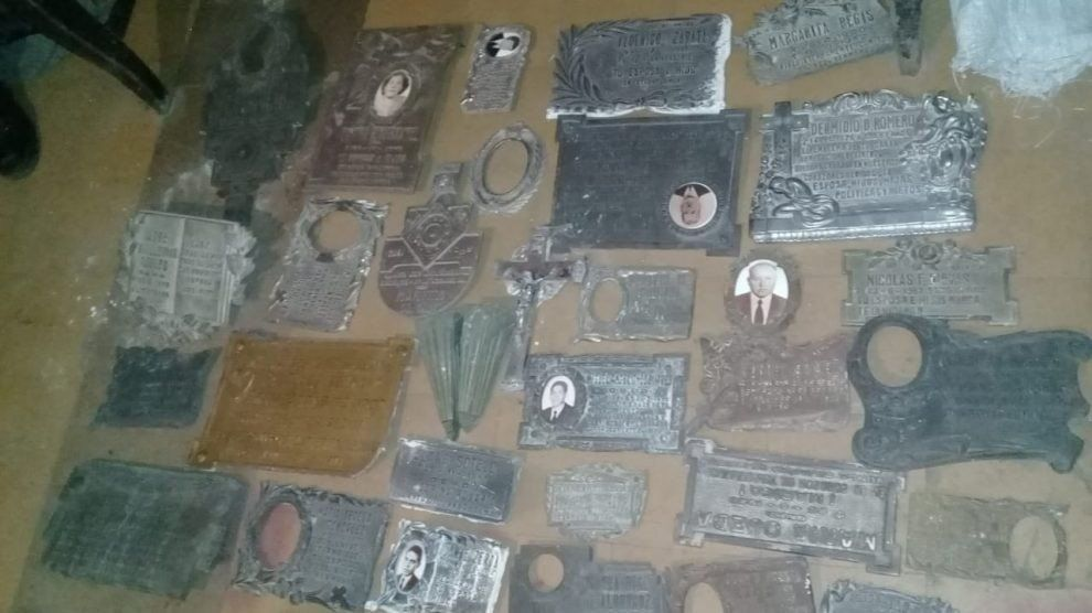 Robaban las placas metálicas de los monumentos en los cementerios